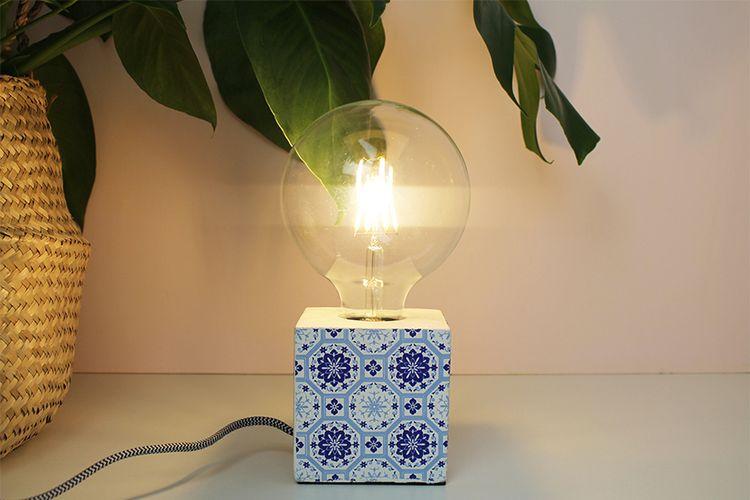 Blauwe bloklamp met vrolijk motief (10 x 10 cm)