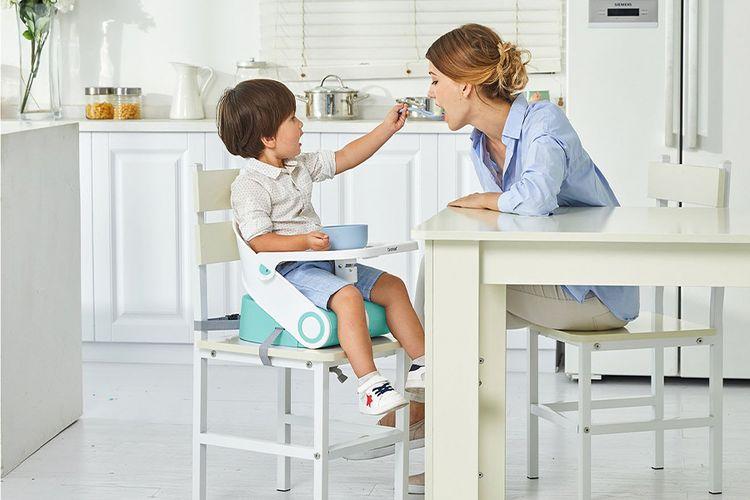 Korting Mintgroene stoelverhoger met eetblad en veiligheidsriem