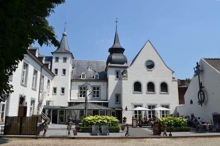 Prinsheerlijk slapen in 12e-eeuws kasteel in Limburg