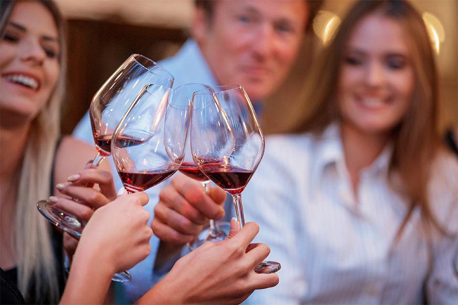 Wijnproeverij met collega's op kantoor (10 p.)